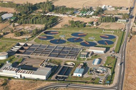Photo pour Vue aérienne d'une usine de traitement des eaux usées - image libre de droit