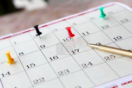 Photo pour Gros plan de la page du calendrier avec les jours importants marqués et stylo - image libre de droit