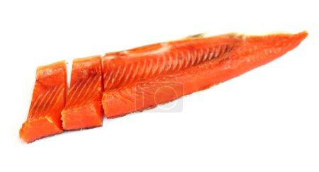 Filet de poisson rouge fumé sur blanc