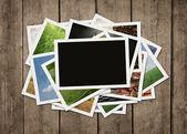 Zásobník fotografií na dřevěné pozadí