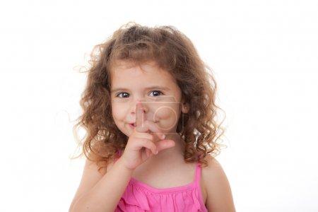 Photo pour Enfant avec doigt secret sur les lèvres pour le calme - image libre de droit