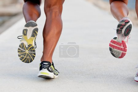 Photo pour Pieds d'ajustement couple sain en jogging ou session de formation en cours d'exécution - image libre de droit