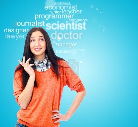 Photo pour Jeune étudiante permanent et quelle profession afin de choisir et de commencer l'éducation de la pensée - image libre de droit