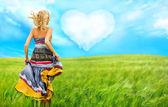 Retrato de mujer romántica corriendo por el campo a su amor