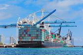 Frachtschiff im Hafen von miami