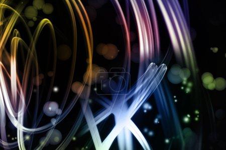 Photo pour Lignes tourbillonnantes lumineuses sur fond sombre - image libre de droit