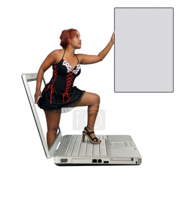 Photo pour Une pas belle rousse jeune sur un écran d'ordinateur portable, détenant une carte grise avec beaucoup d'espace pour votre message. isolé sur fond blanc avec fond généreux. - image libre de droit