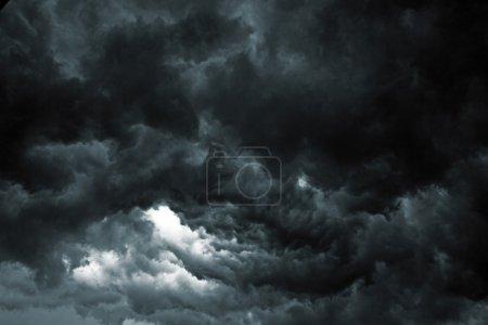 Photo pour Beau ciel orageux avec des nuages, apocalypse comme - image libre de droit
