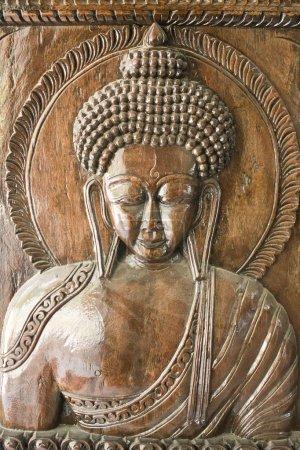Photo pour Sculpture en bois avec Bouddha - image libre de droit