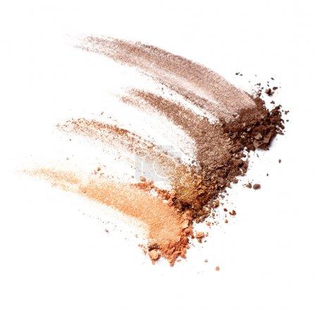 Photo pour Gros plan d'une poudre de maquillage sur fond blanc - image libre de droit