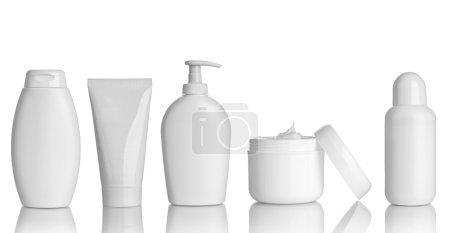 Photo pour Collection de différents conteneurs d'hygiène beauté sur fond blanc. chacun d'eux est abattu séparément - image libre de droit