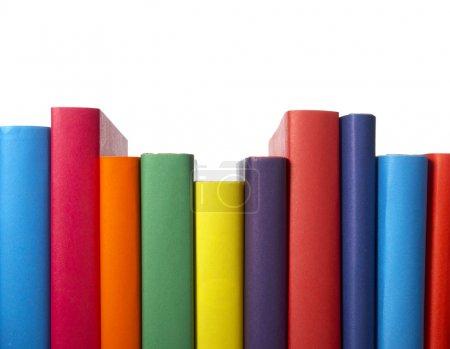 Photo pour Gros plan de la pile de livres colorés sur fond blanc, avec chemin de coupe inclus - image libre de droit