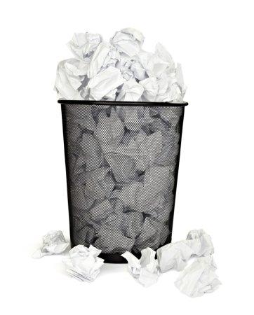 Photo pour Gros plan du bac plein de vieux papiers sur fond blanc avec un tracé de détourage - image libre de droit