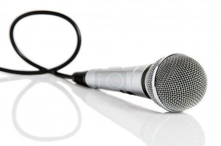 Photo pour Argent microphone avec fil noir isolé sur blanc - image libre de droit