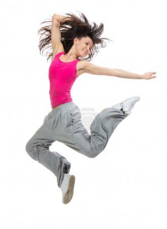 Photo pour Jolie moderne mince style hip-hop adolescente sautant danse isolé sur un fond de studio blanc - image libre de droit