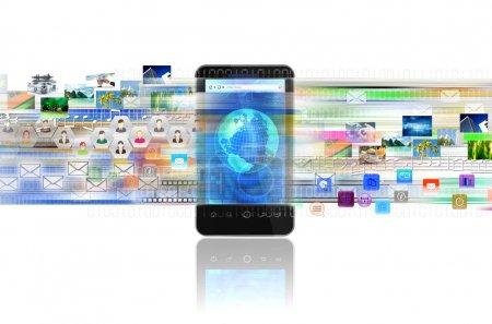 Photo pour Un concept de partage de contenu numérique, de divertissement, de réseautage et d'affaires sur un téléphone intelligent via Internet - image libre de droit