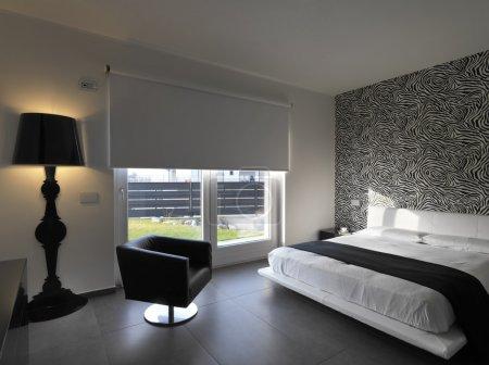 Photo pour Chambre moderne avec fauteuil en cuir et applique noire - image libre de droit