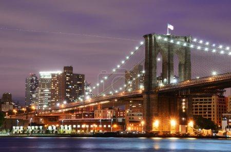 Photo pour Pont de Brooklyn qui enjambe l'east river à manhattan à new york city. - image libre de droit