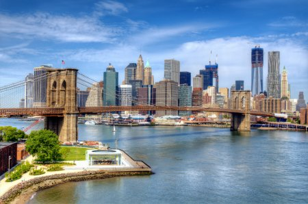 Photo pour Pont de Brooklyn enjambe l'east river vers le lower manhattan, à new york city. - image libre de droit