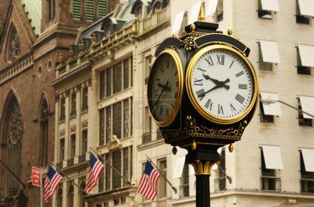 Photo pour Vieille horloge sur les avenues de la ville de new york - image libre de droit
