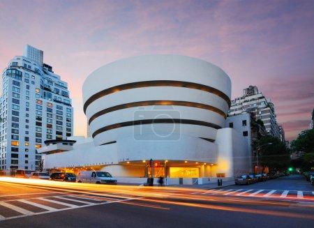 Photo pour New York, États-Unis - 12 mai 2012 : Le musée Guggenheim sur la 5e avenue a été créé en 1937, bien que le bâtiment actuel du musée date de 1959 et ait été conçu par le célèbre architecte Frank Lloyd Wright . - image libre de droit