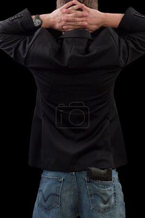 homme en costume avec un pistolet