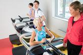 Mladé kamarádky chatování ve fitness centru