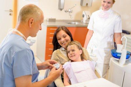 Photo pour Enfant avec la mère rendre visite au dentiste Stomatologie clinique dents checkup - image libre de droit