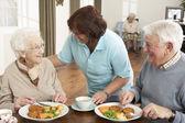Starší pár být servírováno jídlo pečovatele