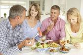 Střední věk páry těší jídlo doma