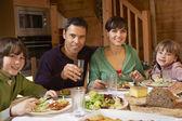 Rodina si jídlo v alpské chaty společně