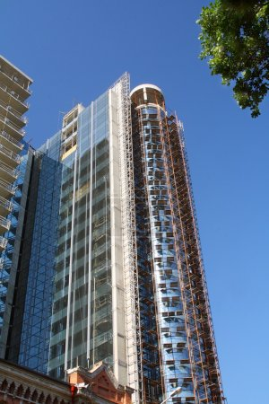 Photo pour Bâtiment moderne en construction en verre et béton contre le ciel bleu . - image libre de droit