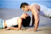 Pár vleže na pláži