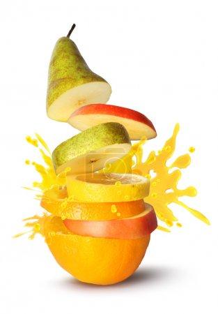 Photo pour Tranches de fruits pile jus éclatement explosion sur fond blanc - image libre de droit