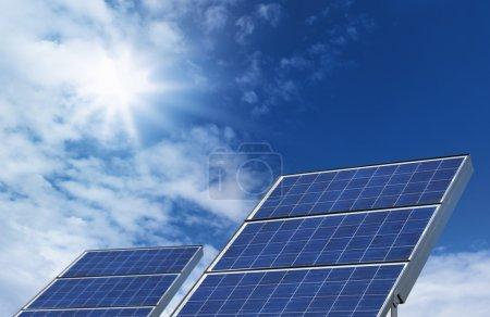 Foto de Dos paneles solares fotovoltaicos fuente sobre fondo de cielo azul - Imagen libre de derechos