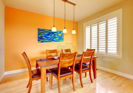 Photo pour Salle à manger orange avec table en bois et parquet . - image libre de droit