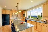 Luxusní klasické dřevěné kuchyně ostrov a židle