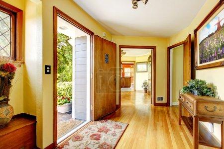 Photo pour Grand vieux intérieur luxe maison entrée avec art et jaune des murs. - image libre de droit