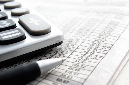 Foto de Artículos de papelería y calculadora sobre la mesa - Imagen libre de derechos