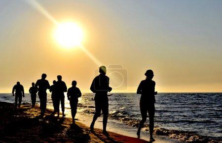 Foto de Correr al amanecer en la costa del mar negro - Imagen libre de derechos