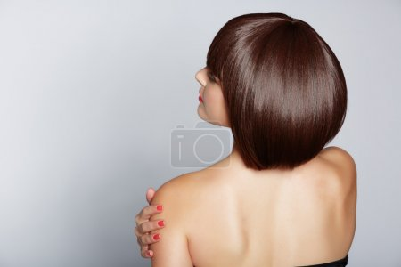 Photo pour Portrait d'une belle femme en bob brune courte avec des cheveux propres soignés sur fond de studio - image libre de droit