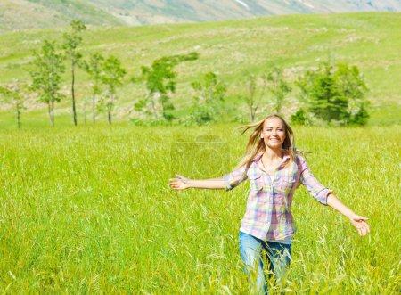Photo pour Jeune femme heureuse, marchant sur le champ de blé, cute teen s'exécute sur le champ de l'herbe verte, jeune fille insouciante, profiter de la nature paisible à la campagne, beau sourire femelle ont des loisirs dans le parc, le concept de liberté - image libre de droit