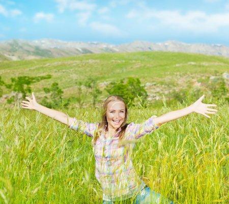 Photo pour Heureuse jolie fille sur le champ de blé, souriante jeune femme Profitez de plein air, belle femme a ressuscité mains, jolie teen jouer à l'extérieur, séduisante femme s'amuser dehors, vie active et la notion de liberté - image libre de droit