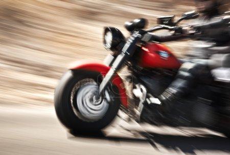 Photo pour Résumé ralenti, motocycliste, pilote de course sur le grand vélo rouge, vue latérale, mouvement flou, voyage sur la route d'été, concept de vitesse - image libre de droit