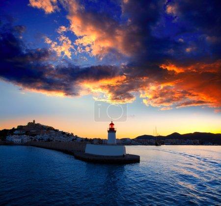 Photo pour Eibissa crépuscule de ville ibiza de phare rouge au port - image libre de droit