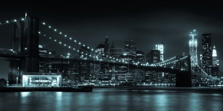 Photo pour Gratte-ciel de Manhattan de nuit du parc de brooklyn bridge - usa - image libre de droit