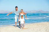 šťastná rodina na tropické pláži