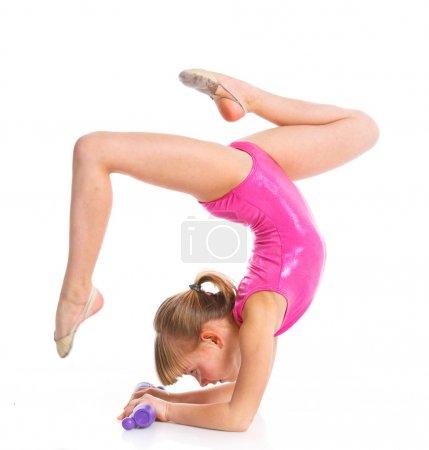 Photo pour Petite gymnaste club de gymnastique sur un fond blanc. Sporting exercice, stretch, flexibilité, aérobic - image libre de droit