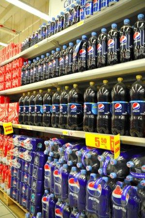 Photo pour Supermarché, section boissons gazeuses - image libre de droit