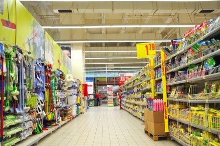 Photo pour Section fournitures de nettoyage d'un supermarché - image libre de droit